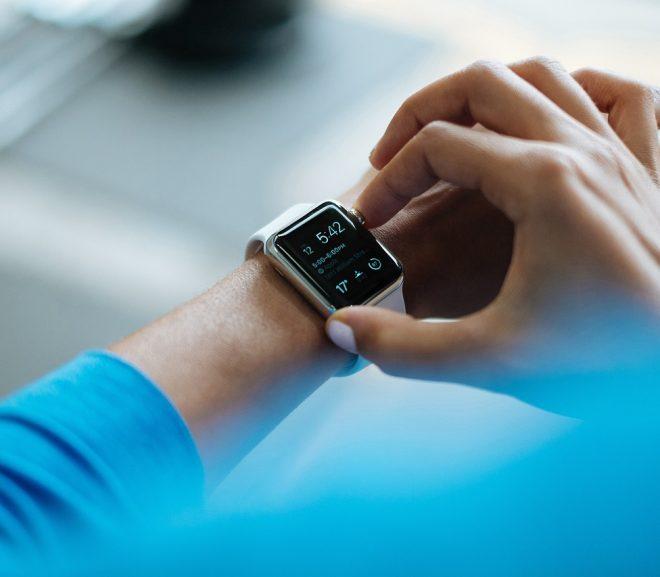 Est-il interdit de consulter son Apple Watch au volant ? Une conductrice condamnée.